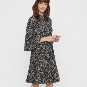 Super fin kjole fra InWear. Modellen hedder Nirren Dress. Den er kun brugt to gange, og hænger desværre bare i skabet. Det er en str. 44, men kjolen er god som lidt oversize - jeg er selv en 42 😊  Kjolen er har 3/4-ærmer med plisseringer ca. halvvejs, og der er også plisseringer fra hoften og ned 💕   #30dayssellout