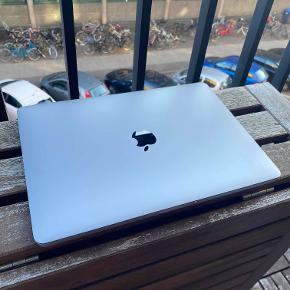 """Super god og lækker Macbook Pro 13"""" fra 2017 i Space Gray  Virker exceptionelt godt - er blevet renset, fået opdateret styre system mm.  Hele navnet på den er :  Apple Macbook Pro 13"""" 2017, 2 TBT3 - Core i5-7360U / 8GB / 128GB SSD  Sælges udelukkende pga. endt uddannelse - kvittering, samt kasse + oplader medfølger."""