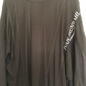 Lækker sort bluse, brugt en gang... Bredde 74 Længde 55 Bred model.