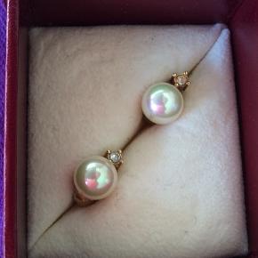 Flotte perle øreclips med en lille hvid sten under perlen.Meget fin stand.  Æsken følger ikke med.