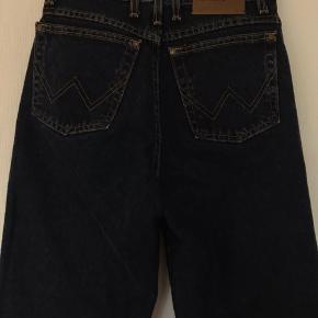 Mørkeblå denim jeans fra Wrangler. Købt vintage til Hello Vintage market i Aarhus. Der står ikke nogen størelse i, men tænker at de er en small. Har klippet dem lidt i bunden fordi de var for lange til mig:)  Byd!!💕