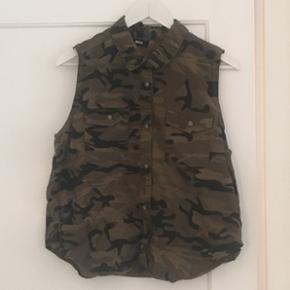 Army skjorte fra BDG i str. M. Brugt få gange.