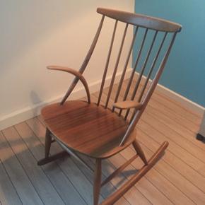 Illum wikkelsø gyngestol. Har lidt patina, da det er en ældre stol. Den er fast i leddene.  Pris 2500 kr.  Befinder sig i Aalborg.