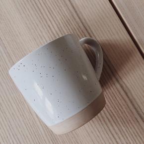 Smukke keramikkrus fra Søstrene Grene i varm beige med hvid, nistret glasur. Ø 9 cm. Købt i starten af 2020. 6 stk. sælges samlet.