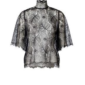 Fineste California Lace bluse fra Ganni. Brugt 2-3 gange. Står som nyt uden huller eller andet. Har også nederdelen som en del af sættet til salg.