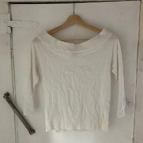 "Sød hvid off-the-shoulder trøje fra H&M Passer str. S, men evt. XXS og XS for et mere ""oversized look"". Skriv evt. PB for mere info:)"