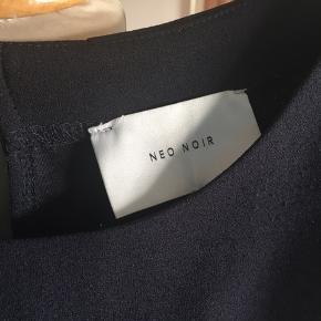 Neo noir buksedragt! Str. L! Der er en stribe på siden! Striben er lidt fnuldret! (Men det kan let fjernes med en skraber) Derfor den billige pris! Se billedet. Se gerne mine andre annoncer også🌸