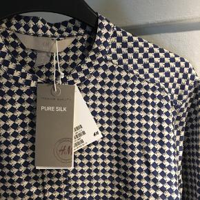 Skjorte i 100% silke.  Kan afhentes på Østerbro eller sendes (betales af køber) - bytter ikke😊