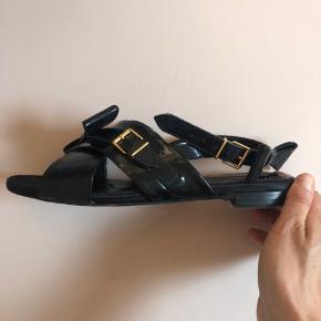 Fin lak sandal med sløjfe detaljer