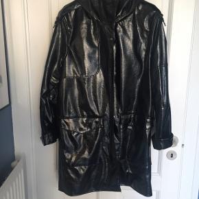 Vandafvisende frakke med hætte. Brugt én gang.  Nyprisen var 549kr. Størrelsen er s-m. Sender med DAO.
