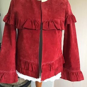 Super fed rød ruskindsjakke fra Meotine med super skønne detaljer.. jakken er så lækker og fed i stilen... bruges både til kjoler og bukser.. Bytter ikke!