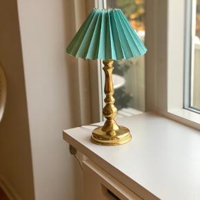 Vintage Messing / guldkampe med blå lampeskærm. 40 cm i højden med lampeskærm Lampeskærm 26 cm  Meget velholdt :)  Kan sendes eller afhentes i Aarhus c
