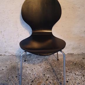 Fire stk. spisebordsstole. Har lidt beskeden slidtage - derfor den beskedne pris.  Afhentes i Hvidovre