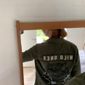 Super fed army grøn jakke fra Garcia i størrelse small. Perfekt til forår og efteråsvejr, hvor man kan bære en tynd strik indenunder:) Jakken er aldrig blevet brugt og har ingen skader.   Skriv endelig ved spørgsmål eller flere billeder.  Køber betaler forsendelse 🙃