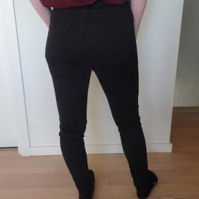 Sorte jeans. 98% bomuld og 2% spandex. Kan holde til 40 grader i vaskemaskinen. Der står at det er en str. XL, men jeg vil mere sige at det er en str. S.