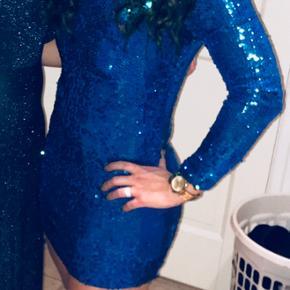 Sælger denne smukke kjole, brugt 1 aften str.m den har også grøn nuance i sig.