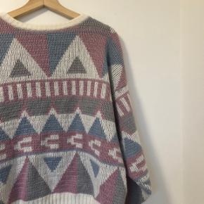 Smuk sweater i flotte farver. Intet mærke i, og fin den til min fødselsdag, så ved ikke hvor den kommer fra. Passer en smal medium  Skriv pb for mere info