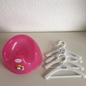 Potten er brugt mest i perioden med pottetræning. Bøjlerne til tøj er næsten som nye. Sælges samlet for 50kr
