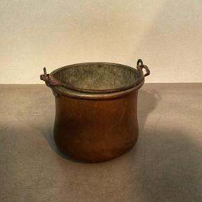 Super fed mat kobberkedel til f.eks. potteplanter. H 19 cm  Ø 22 cm    Prisen er fast.