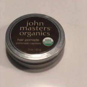 John Masters Hair Pomade er en pomade, som indeholder økologisk bivoks, mangosmør og rene æteriske olier, som tilfører håret utrolig glans og fugt. Produktet er perfekt til at tæmme krøllet eller kruset hår, samtidig med det beskytter håret mod varme fra glattejern og føn. John Masters Hair Pomade er ikke kun et perfekt produkt til håret, den er nemlig så plejende og nærende at den også er god til at blødgøre tørre neglebånd.  Fordele:  Pomade voks Giver masser af glans og fugt Anti-frizz effekt Perfekt til krøllet hår Varmebeskyttende Uden sulfat, SLES og parabener Uden kunstige farve-, dufte- eller fyldstoffer Uden GMO