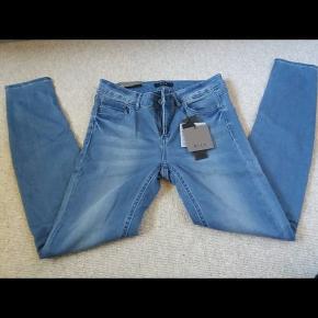 Super lækre VILA jeans str. L - men svarer til en M. HELT NYE og ubrugte med prismærke på endnu. Lækre og bløde i kvaliteten. Sidder perfekt pgs. stræk i stoffet :)