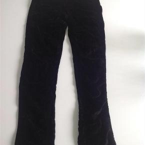 Varetype: Velour leggings bukser med detaljerFarve: Sort  Velour leggings bukser med detaljer i str. 152 - gode men brugte.  Mindsteprisen er kr. 60 +porto.  Jeg bytter ikke