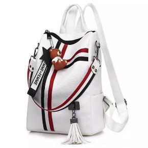 Pris : 250 DKK Rygsæk / skuldertaske Tasken er designet således, at når tasken bruges som skuldertaske, kan det ikke ses at tasken tillige er en rygsæk og vice versa . Længde: 27 cm  Bredde: 12 cm Højde:30 cm Farve: Hvid Materiale:Højkvalitets PU Læder