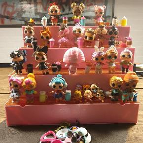 Super fint L.O.L. hus med mange små dukker til. Huset kan foldes ud og bruges til opbevaring af de små dele og dukkerne, når man ikke leger med det. Kan hentes i Nørresundby eller sendes på købers regning.