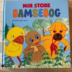 Min store bamsebog af Elin Bing & Dina Gellert Min store Bamsebog indeholder de allerbedste historier med Bamse, Kylling og Ælling. Læs bl.a. om Bamses fødselsdagsfest, og om dengang Bamse og Kylling fandt en skat.  Indb, kan sendes m DAO for 45 kr oveni til nærmeste udleveringssted
