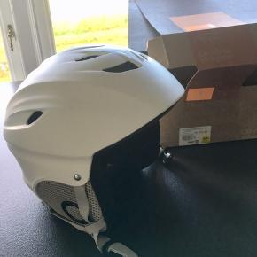 Ubrugt skihjelm af mærket Cruz. Har blot ligget i kassen. Str S(53-55 cm)  Kan afhentes i Århus eller Vejle, eller sendes med DAO:)