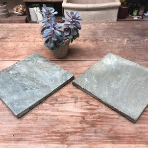 Smukke skifer plader i changerende nuancer mellem grå og grøn. De er alle unikke og kan bruges til f.eks. varmebrikker, bordskånere, under pyntegenstande og lys så stearin ikke løber ud over bord eller gulv. Kan også bruges til juledekorationer. Mulighederne er mange.  De er rustikke og tåler ikke opvaskemaskine. De kan evt. olieres for et mørkere look.  De leveres med filtdupper under så de ikke ridser underlaget. De måler ca. 30x30x2,5.   Kan afhentes i Birkerød, Vedbæk eller Værløse.   Kan også sendes med DAO for 50,-  1 stk. 135,- 2 stk. 260,- 3 stk. 375,-  Ved køb af flere end 3 - spørg til pris på ønskede antal. Oplys gerne om de skal sendes eller afhentes.
