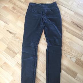 Højtaljede bukser med lynlås bagi fra Pieces str M/L Prisen er 70 kr incl porto med dao