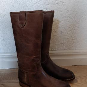 Lækker foret støvle i brun  Nypris 900  Mindstepris  600 pp