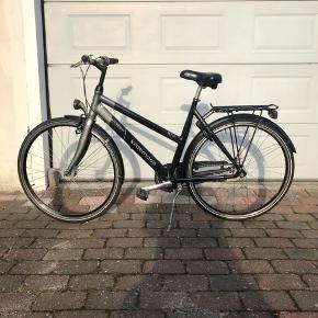 Fin Kildemoes street STC Dame/pigecykel med 7 gear og håndbremser foran og fodbremse bag. Dynamolygte foran og batteri lys bag + lås. Stel str 55 hjul str 28. Stel nr WBK 260296X