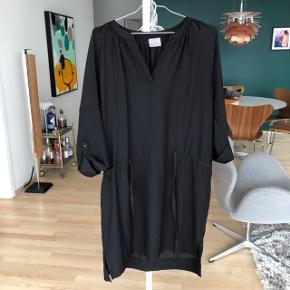 Sort kjole med taljebånd