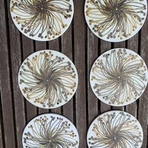 6 stk retro smørbrikker fra Royal Copenhagen 635/1665 med hul til ophængning. I meget fin stand uden slidtage eller skår. Diameter 14,5 cm. Samlet pris for 6 stk. 125,-kr.