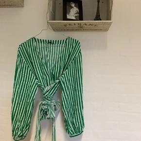 """Grøn- og hvidstribet trøje med bindevævet i taljen samt """"pufærmer"""".  Sælges, da jeg ikke selv får den brugt.  Skriv endelig for flere billeder og byd gerne."""