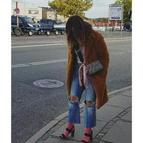 Fede flare jeans med broderi på det ene ben og distressed / slidt look. Desværre blevet for store grundet vægttab. Ellers et par af mine yndlings jeans 💔 sælges derfor vemodigt