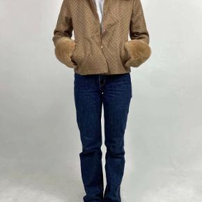 Meotine jakke i modellen Barbara jacket. Størrelsen hedder L/XL og er i farven caramel. Den er lavet af 60% akryl, 35% polyester og 5% uld. Kraven og ærmerne er 100% fake fur. Jakken sælges da den er et fejlkøb og bare hænger og samler støv.