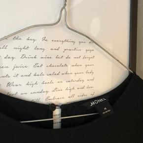 Sød kjole fra Monki med elastik om håndleddene. Er en oversized M (38) og kan derfor også passes af en L (40).