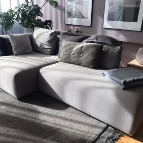 Hay Mags 2,5 personers chaiselong sofa sælges.  Sofaen er i super fin stand 😊 Mål :  Længde 246,5 cm Bredde 127,5 // 95,5 cm Højde 67 // 40 cm  Der medfølger 2 puder i samme stof.   Pris : 7500,-