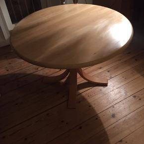 Fedt sofabord i egetræ. 80 cm i dia cm. 45 Cm højt. Ikke brugt, da fejlkøb. Kom med bud.