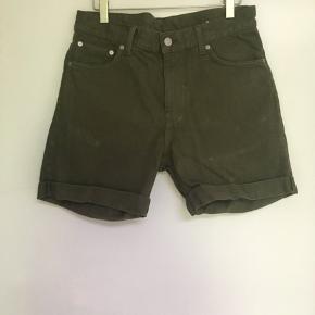 Model Beach Day armygrønne shorts str. 30 sælges. Længde 43 cm.  Kun brugt få gange.  Se også mine andre annoncer, da jeg bl.a. har jeans og shorts til salg fra Weekday, Superdry og GABBA.  Tags: Shorts Str. 30 Armygrøn