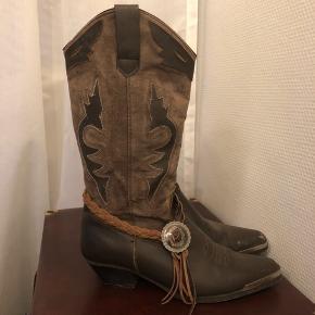 Vintage Cowboystøvler fra Oak tree farms.  Oak tree Farms laver alle deres støvler i hånden og af ægte kvalitets læder.  De sælges da de er for små til mig :((  Som vist på sidste billede er der tegn på slid.  Båndet på den ene støvle kan tages af.