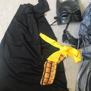 Batman kostumer i str. 116, følgende mål: Fra skulder til fod: 114 cm Fra skulder til håndled: 42 cm Fra skulder til skridt: 58cm Fra skridt til fod: 56 cm Kommer fra et ikke-ryger hjem. Sender gerne, men det er på modtagers regning. Kan afhentes Århus V eller mødes i Århus.