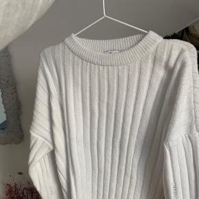 Super flot sweater fra en limited edition fra NA-KD! Flotte detaljer bestående af ridser i sweateren, den er en smule crop men dækker stadig!