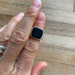 Tom Wood ring - sort onyx cushion Str 54 Stenen er revnet, men det er egentlig bare fedt.  Stenen kan skiftes, hvis det ønskes.  Ringen er stadig i super stand