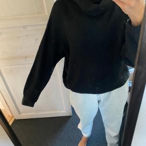 Blød højhalset sweater fra H&M, er brugt men er i helt fin stand   Køber betaler fragt Spørg endelig for flere billeder
