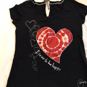 Sort T-shirt med sødt ❤️ på