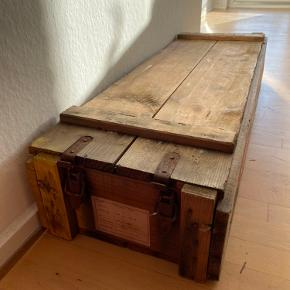 Kan laves til bænk eller barskab, men også bruges til opbevaring og som siddeplads, som den er...  Kan evt leveres i Aarhus og omegn.